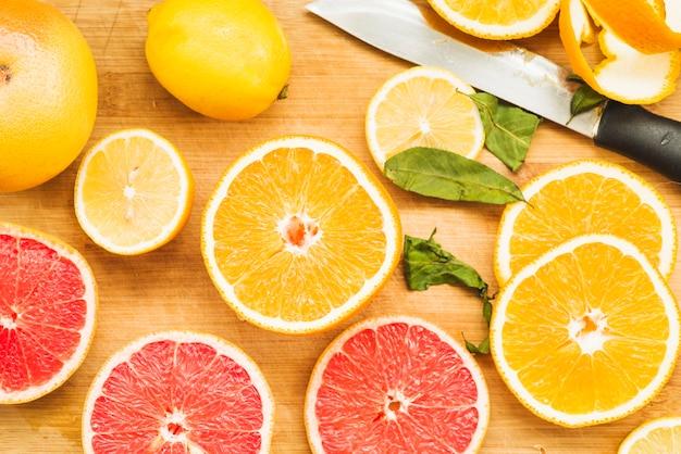 Opgeheven mening van verse citrusvruchten op houten achtergrond Gratis Foto