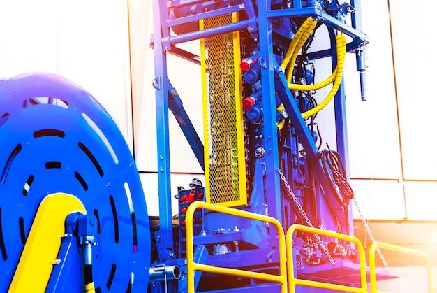 Opgerolde buismachine om in de olievelden te werken Premium Foto