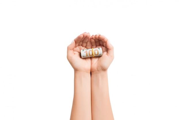 Opgerolde dollarbiljetten in vrouwelijke palm Premium Foto