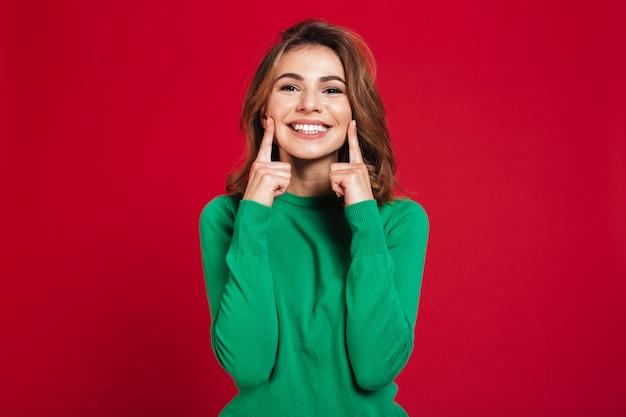 Opgewekte gelukkige jonge mooie vrouw Gratis Foto