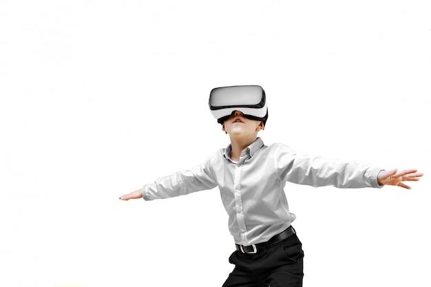 Opgewekte jongen die in virtuele werkelijkheid is Premium Foto