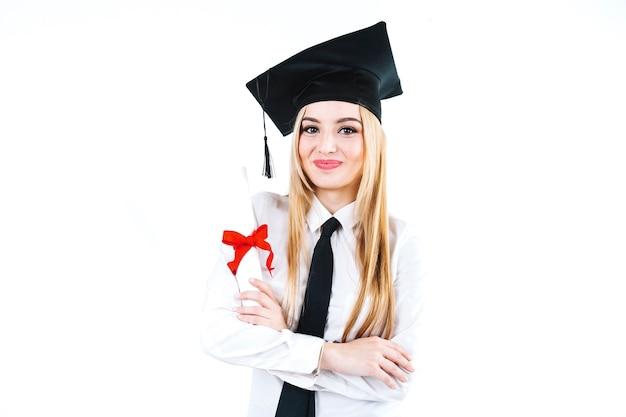 Opgewekte trotse vrouw met onderwijsdiploma Gratis Foto
