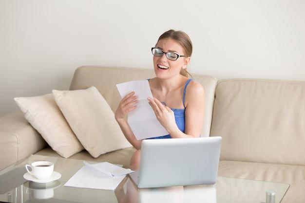 Opgewekte vrouw die van goede resultatenbrief genieten, kreeg baan, geslaagd examen Gratis Foto