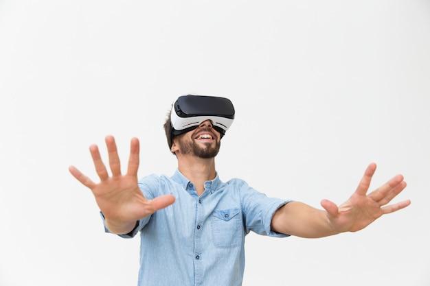 Opgewonden bebaarde man in vr-bril genieten van ervaring Gratis Foto