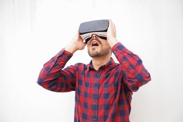 Opgewonden man in vr-headset Gratis Foto