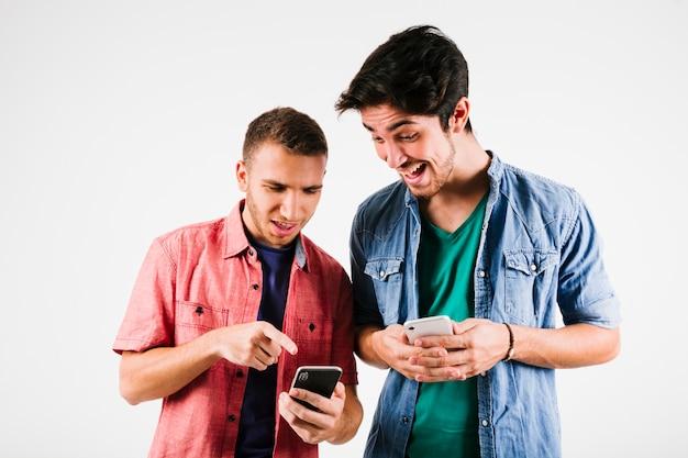 Opgewonden mannen kijken naar smartphones Gratis Foto