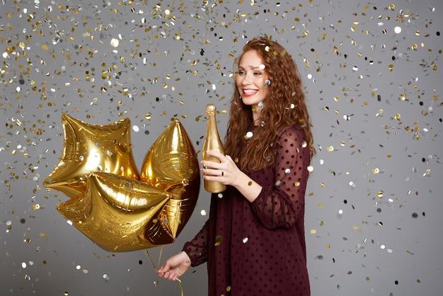 Opgewonden meisje viert haar verjaardag Gratis Foto