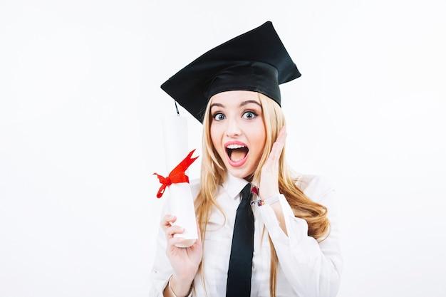 Opgewonden vrouw met diploma Gratis Foto