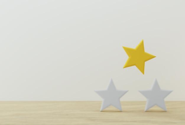 Opmerkelijke gele stervorm op houten lijst en witte achtergrond Premium Foto