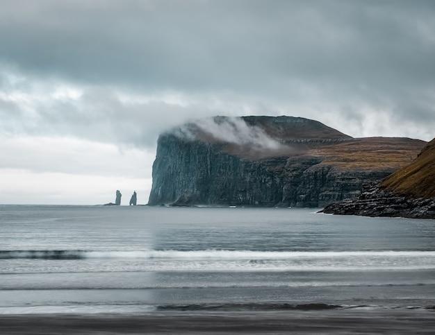 Opname van de prachtige natuur zoals de kliffen, zee, bergen van de faeröer Gratis Foto