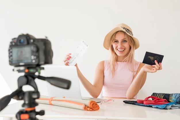 Opname video van een video waarin de interesse van de blonde wordt beïnvloed Gratis Foto