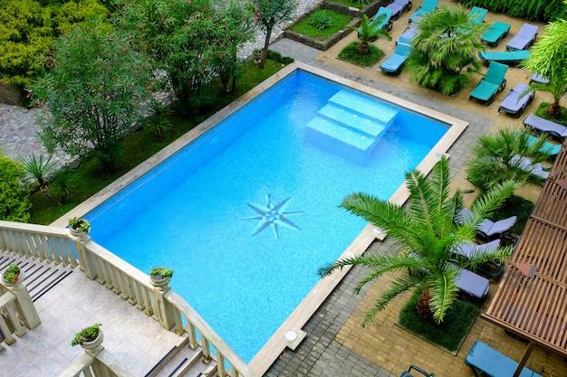 Oppervlakte van blauw zwembad, achtergrond van water in zwembad. uitzicht van boven Premium Foto