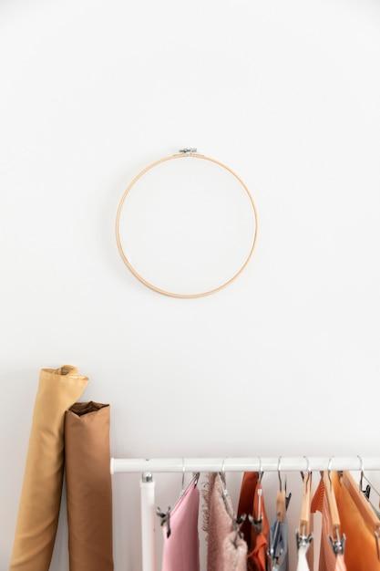 Opstelling met hangers en kledingrek Gratis Foto