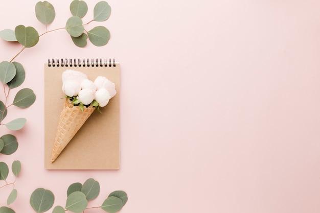 Opstelling van bloemenijskegel en notitieboekje Gratis Foto