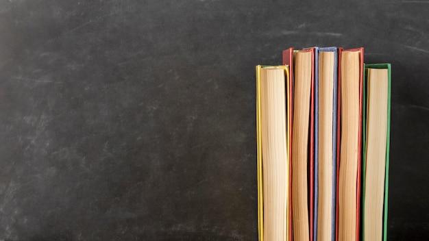 Opstelling van boeken van verschillende grootte met kopie ruimte Gratis Foto
