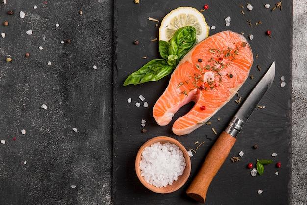 Opstelling van groenten en zalm met zeezout Gratis Foto