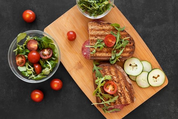 Opstelling van heerlijke broodjes op een houten bord Gratis Foto