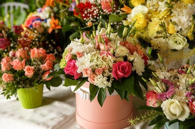 Opstelling van verse bloemenboeketten Premium Foto
