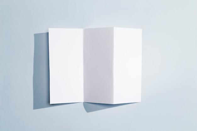 Opvouwbaar boekje van wit papier bovenaanzicht Gratis Foto