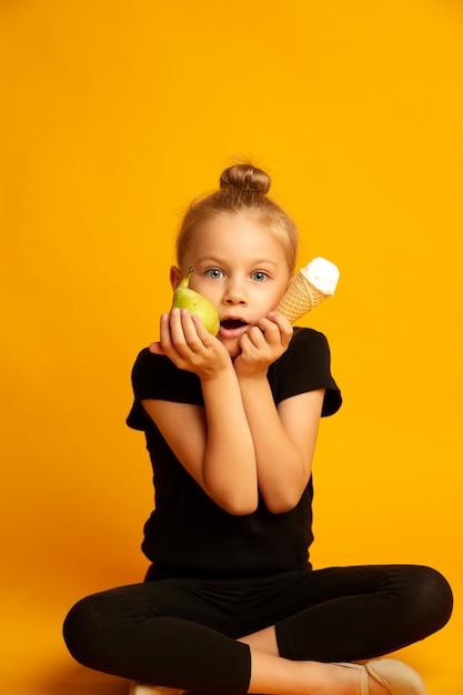 Opwinding kleine danser met appel en ijs tijdens de pauze Premium Foto