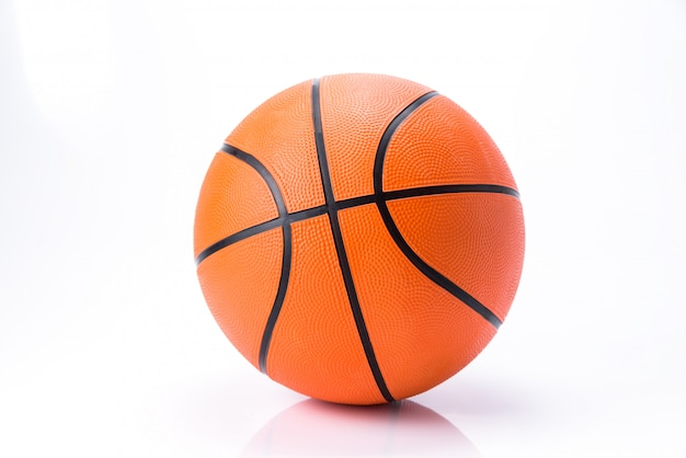 Oranje basketbal dat op witte achtergrond wordt geïsoleerd Premium Foto