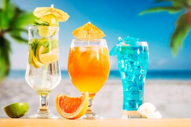 Oranje blauwe dranken in glazen en gesneden oranje limoen witte bloem Gratis Foto