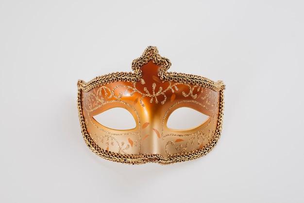 Oranje carnaval-masker op witte lijst Gratis Foto
