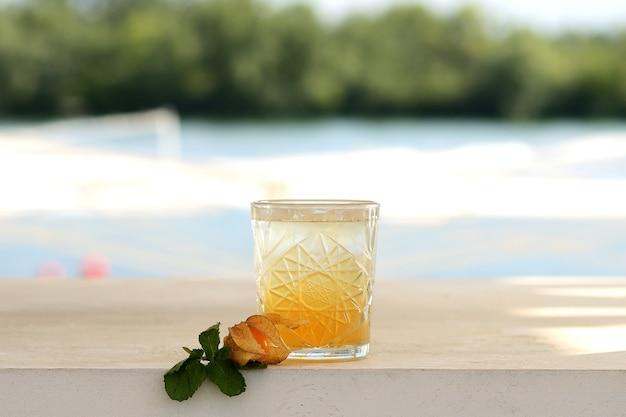 Oranje cocktail in een glas. met bloemdecor Premium Foto