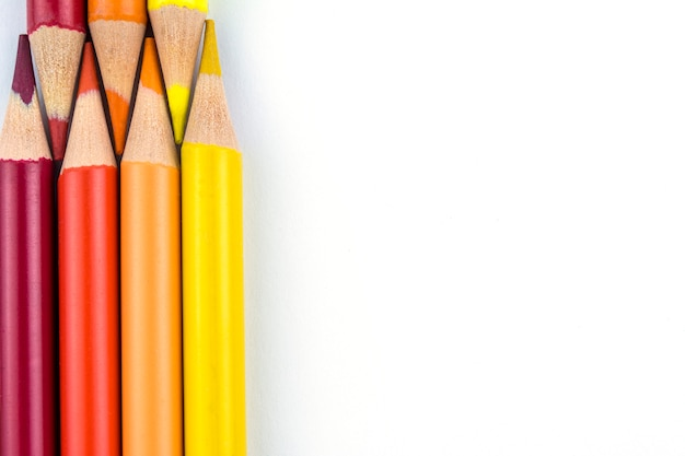 Oranje en gele potloden op witte achtergrond Premium Foto