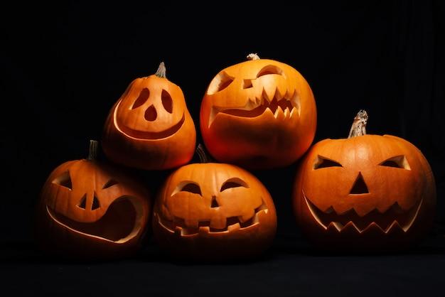 Oranje jack-o '- lantaarnpompoenen voor de viering van de herfsthalloween Premium Foto