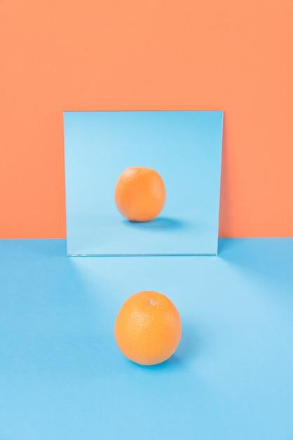 Oranje op blauwe tafel geïsoleerd op oranje Gratis Foto