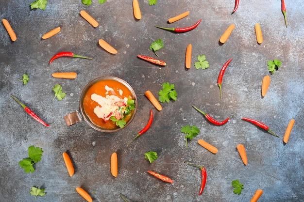 Oranje pompoen vegetarische soep in koperen beker. Premium Foto