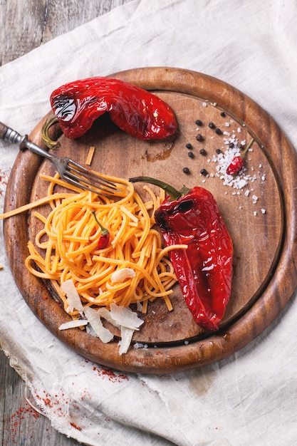 Oranje tomatenspaghetti Premium Foto