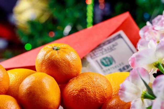 Oranje voor chinees nieuwjaar. vakantieconcept en amerikaanse dollars Premium Foto