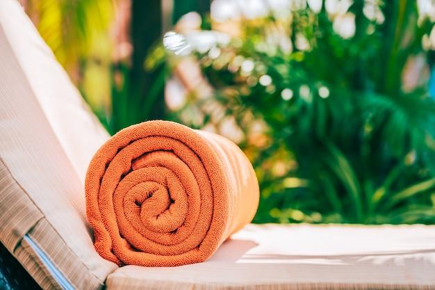 Oranje zwembadhanddoek op ligstoel Gratis Foto