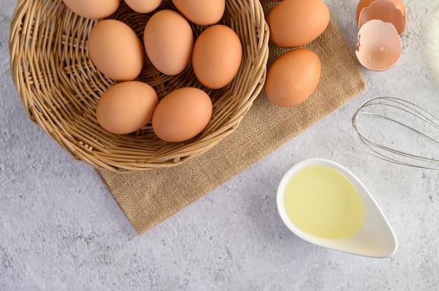 Organische eieren en olie die kokende maaltijd voorbereiden Gratis Foto