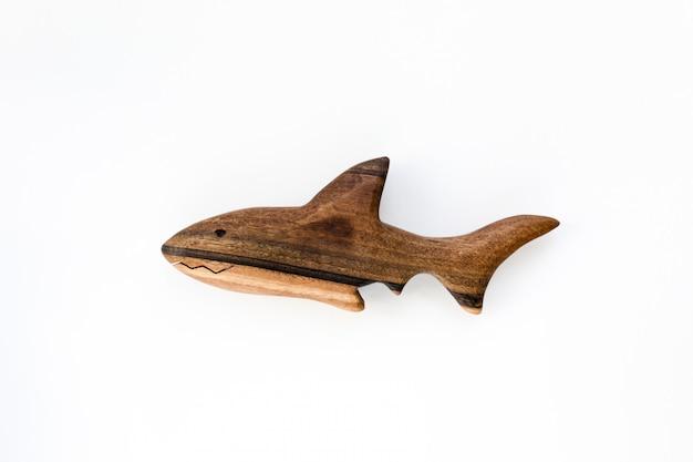 Organische hand gemaakt houten haaistuk speelgoed dat op wit wordt geïsoleerd Premium Foto
