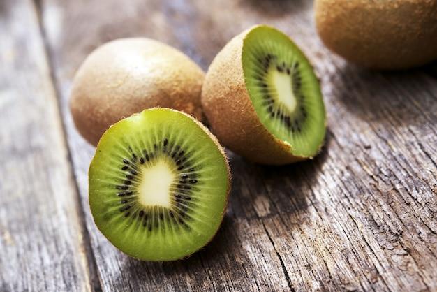 Organische kiwi's op hout Gratis Foto