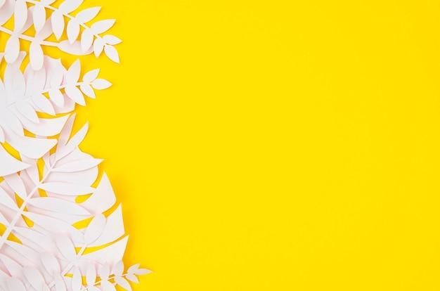 Origami exotische papier planten op gele achtergrond Gratis Foto