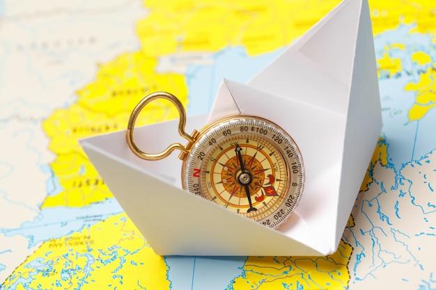 Origami papier schip op een kaart. Premium Foto