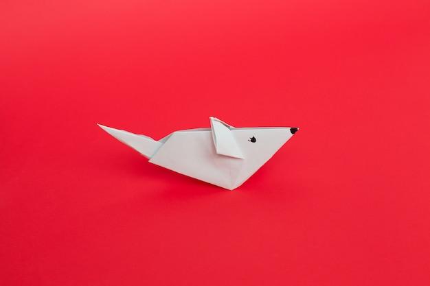 Origami witboekmuis op rode achtergrond. Premium Foto
