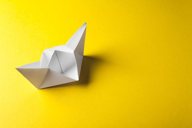 Origamibootpapier op het gele oppervlak Premium Foto