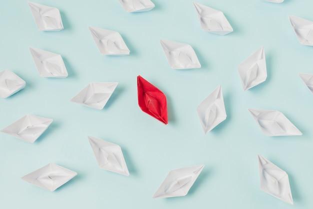 Origamiboten die leidingconcept vertegenwoordigen Gratis Foto