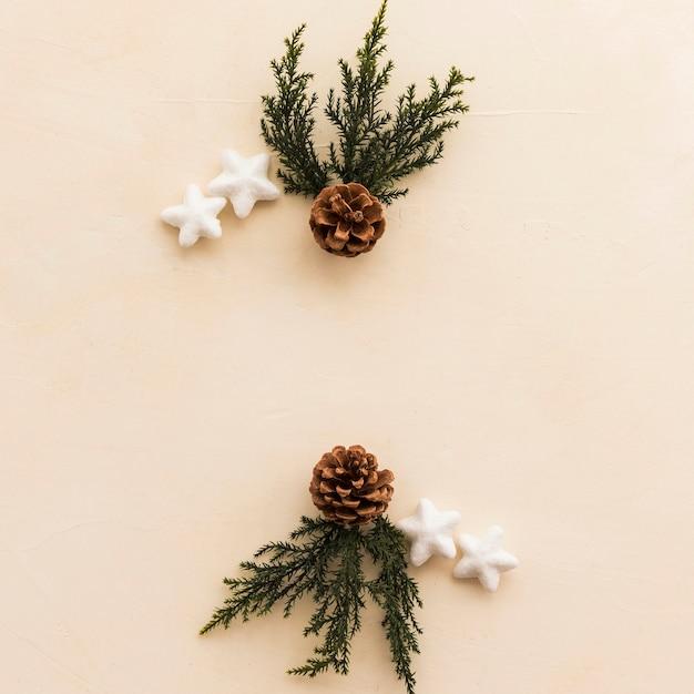 Ornament Sterren Dichtbij Haken En Ogen En Groene Twijgen Foto