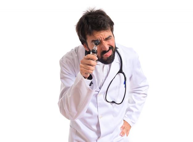 Otorhinolaryngologist met zijn otoscoop over witte achtergrond Gratis Foto