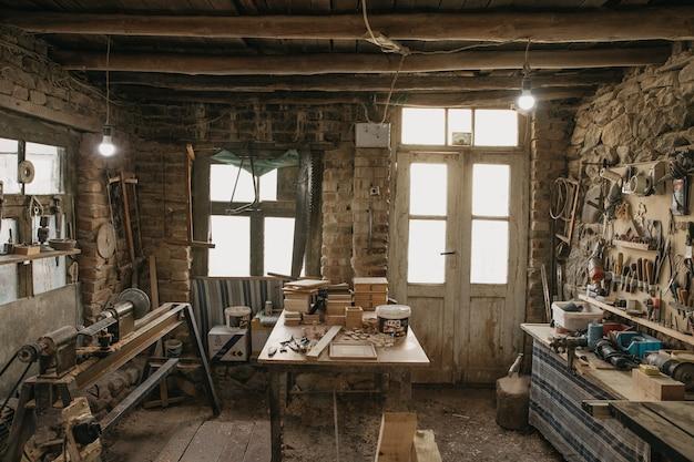 Oud atelier en gereedschap van een timmerman Gratis Foto