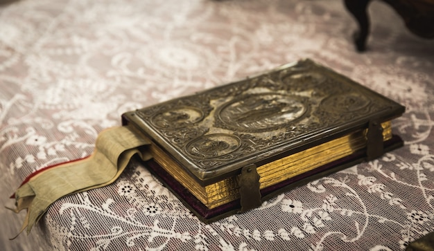 Oud boek met metalen sluiting in museum Premium Foto