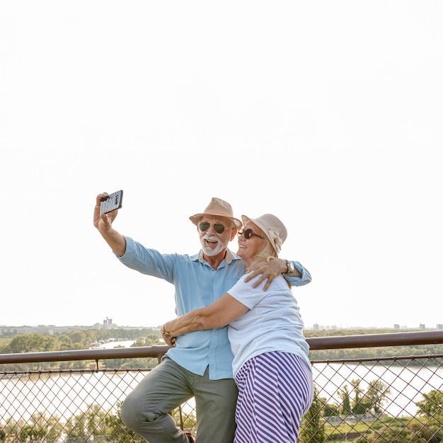 Oud echtpaar dat een selfie neemt Gratis Foto