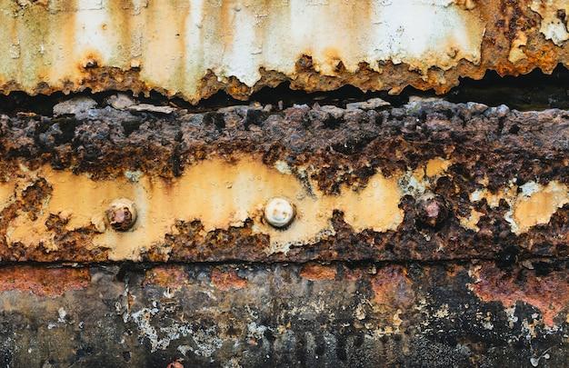 Oud en roestig beschadigd metaal / grunge textuur van oude trein, afgezwakt kleur. Premium Foto