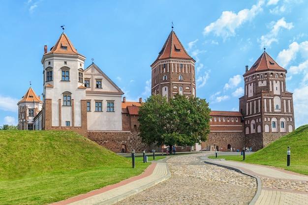 Oud hersteld kasteel in de stad mir Premium Foto
